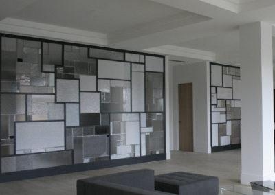 claustra mur rideau verre moucharabieh ON-ME Cloison Créative Lumineuse vitrail - Equilibre - 03.2 après pose des vitraux - pose du chassis metalique07