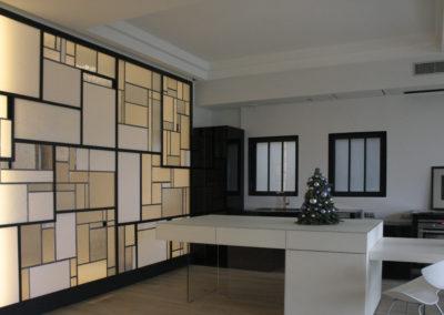 claustra mur rideau verre moucharabieh ON-ME Cloison Créative Lumineuse vitrail - Equilibre - 05.3 réalisation - coté cuisine lumière 0315